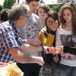 distribuzione del pane e salame cotto col forno solare
