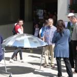 Ricreazione: montaggio della parabola sulla struttura della cucina solare