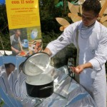 Lo chef Alessandro sala l'acqua per la pasta