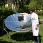 Vapore dalla cucina solare a parabola coopera