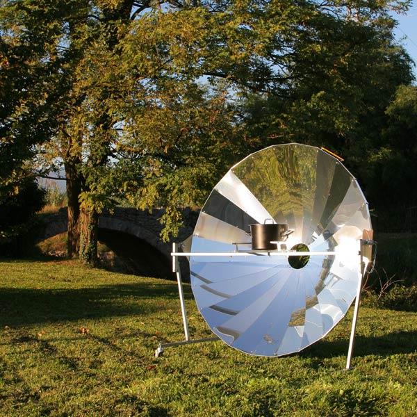 cuocere con il sole con un forno solare a parabola